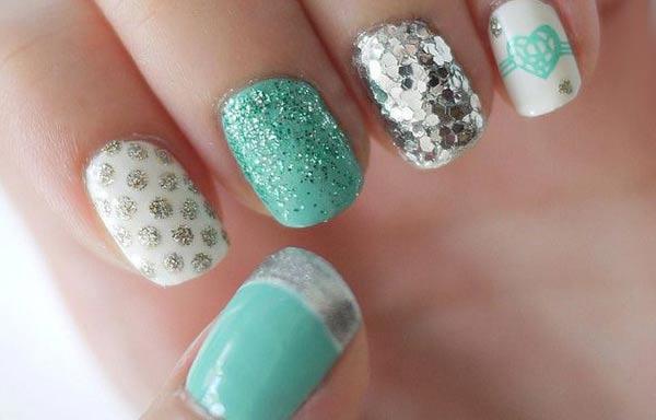 diseño de uñas a la moda con brillo