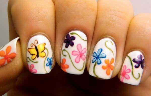 diseño de uñas a la moda con flores