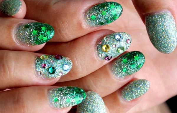 diseño de uñas a la moda con piedras