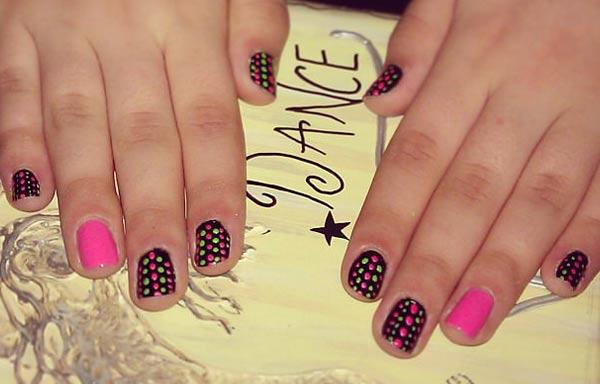 Diseño de uñas neón puntos