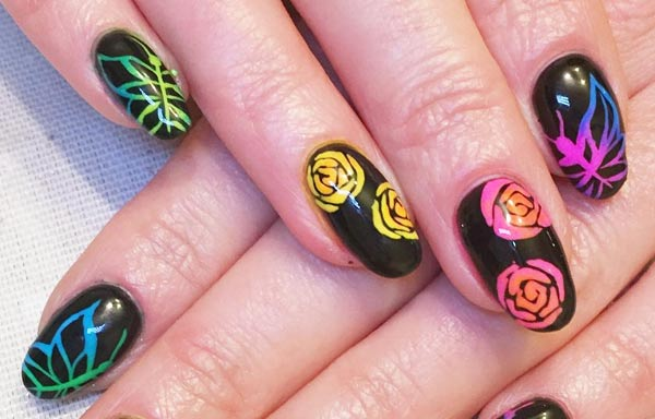 Diseño de uñas neón rosas
