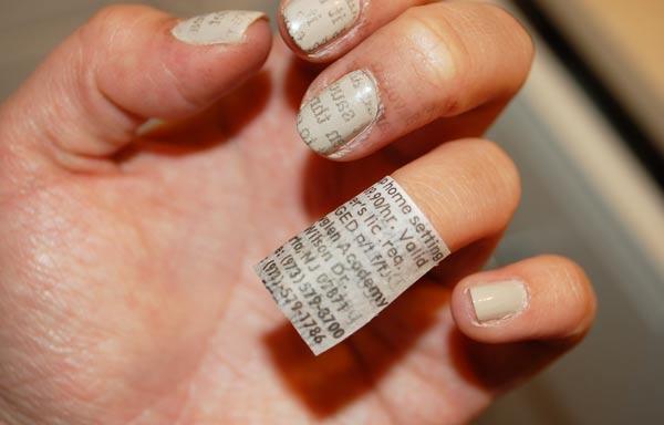 diseño de uñas con papel periodico