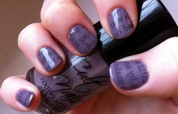 Diseños de uñas con periodico cortas violeta