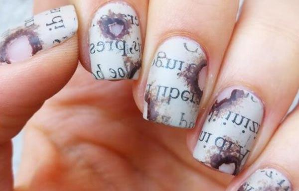 diseño de uñas con periodico letras quemadas