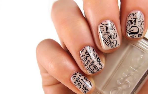 diseño de uñas con periodico papel