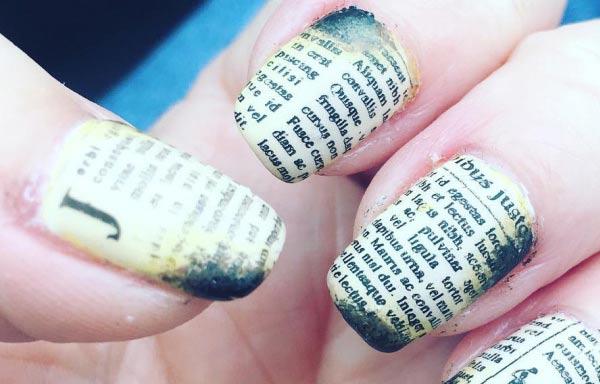 diseño de uñas con periodico quemado