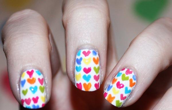 diseño de uñas pinceladas corazones