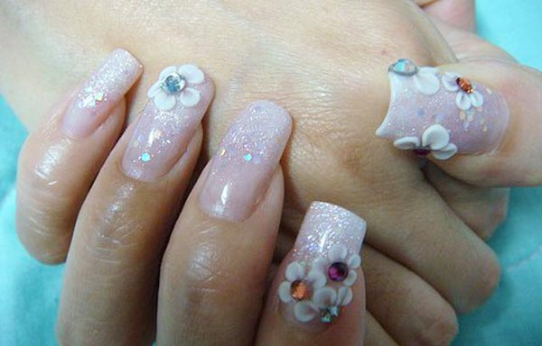 Diseños de uñas con rosas y piedras