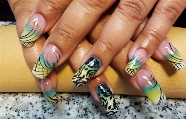 diseño de uñas con rosas lineas