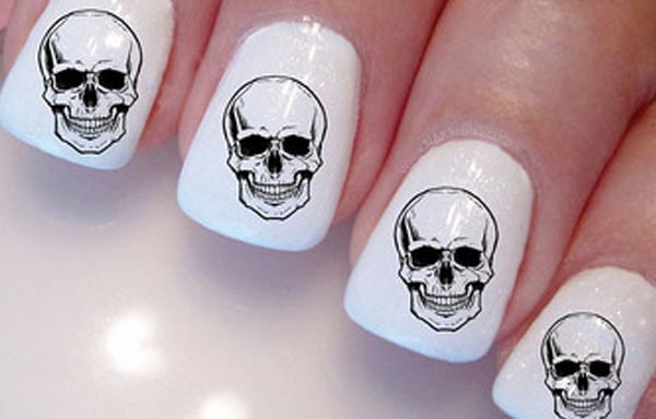 diseño de uñas con sello de calaveras