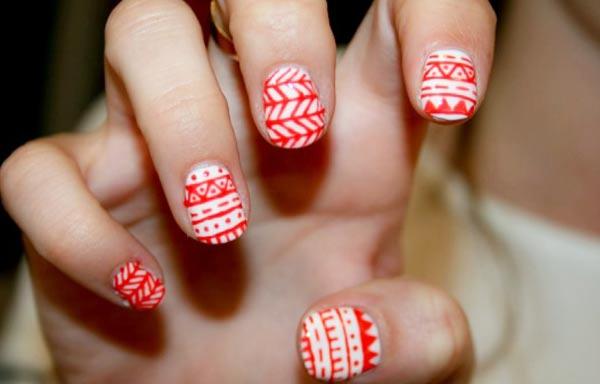 diseño de uñas tribales cortas rojo