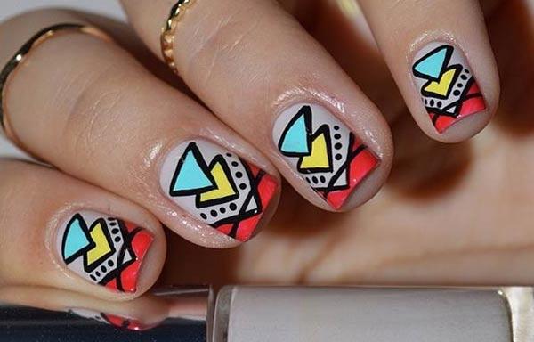 diseño de uñas tribales triangulos
