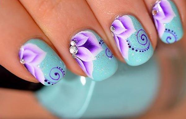Diseños de uñas en colores llamativos