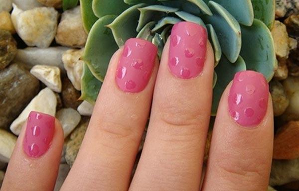 diseño de uñas en colores pálidos