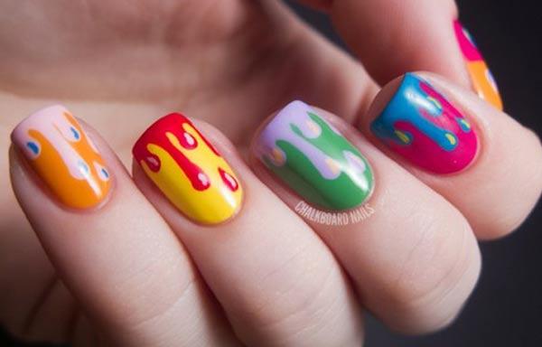 Diseños de uñas en colores vistosos