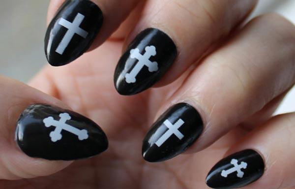 diseño de uñas góticas negro cruces