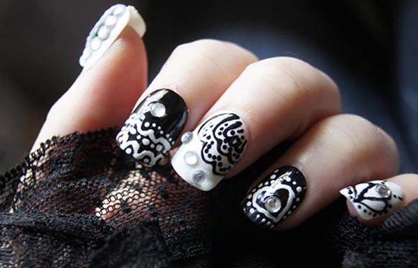 diseño de uñas góticas piedras
