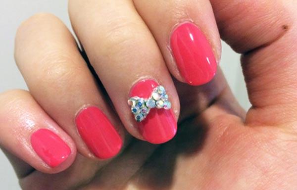 diseño de uñas con lazo brillante
