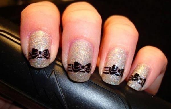 diseño de uñas con lazos pintados negros