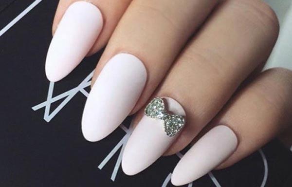 diseño de uñas con lazos postizas