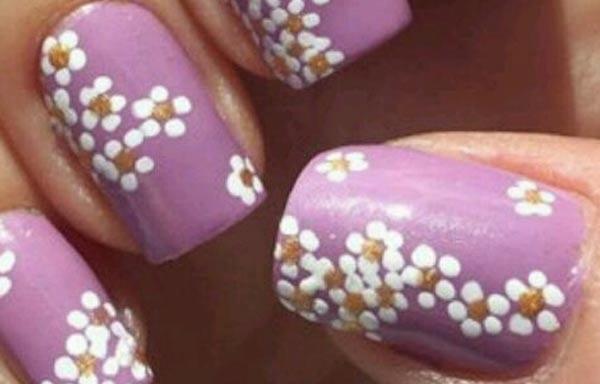 diseño para las uñas de las manos flores blancas