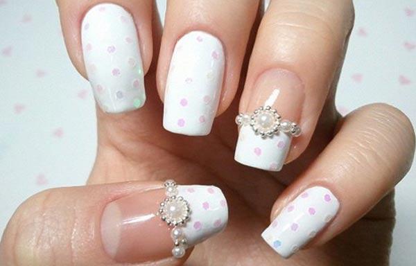 Diseños de uñas para novias con perlas