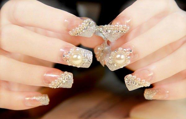 Diseños de uñas para novias con piedras brillantes