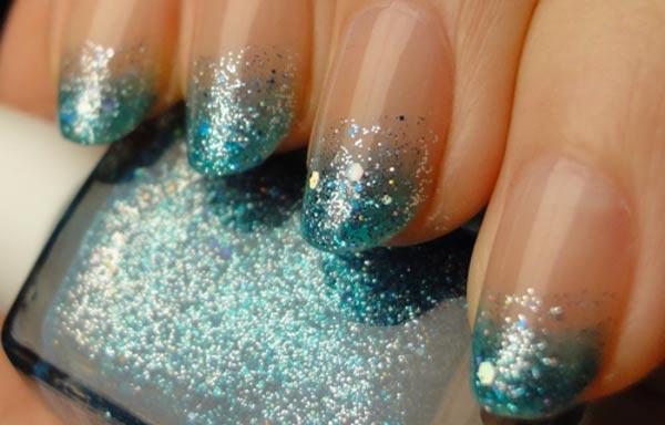 Diseño de uñas con purpurina verde