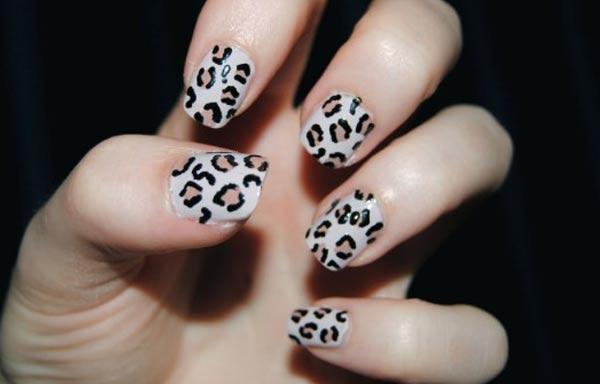 diseño uñas de señora animal print
