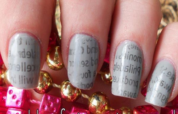 diseño uñas de señora con periodico