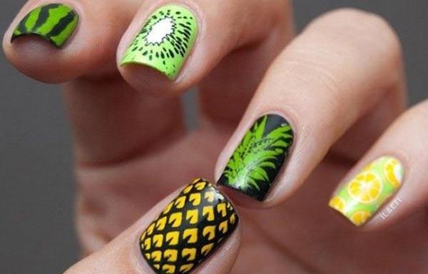 diseño de uñas tropicales con frutas