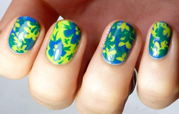 diseño de uñas tropicales con plantas