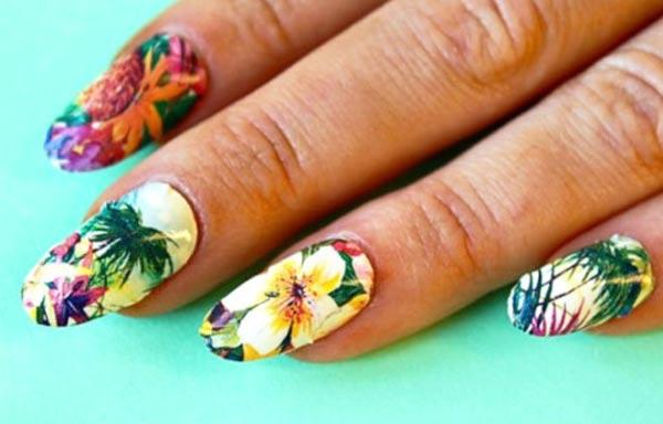 diseño de uñas tropicales con vegetal