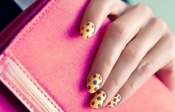 diseños de uñas que usan lunares
