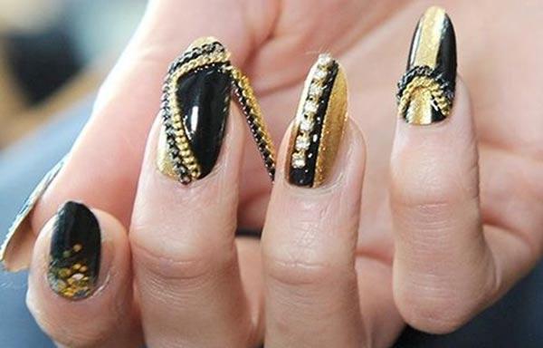 diseños de uñas que están usando piedras