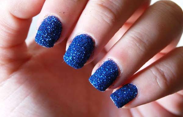 uñas decoradas color azul granulado