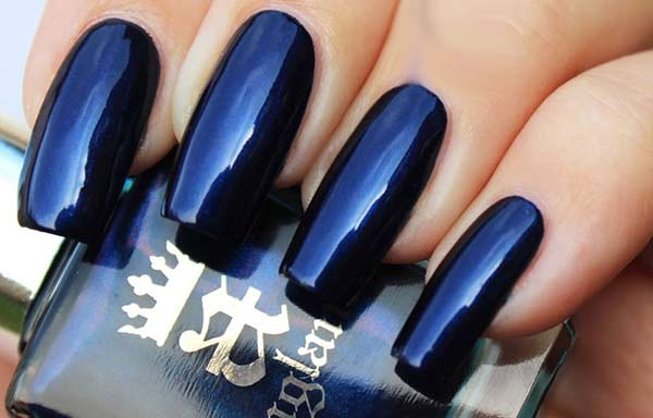uñas decoradas color azul oscuro