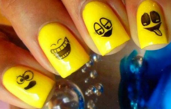 Uñas decoradas color amarillo emoticon
