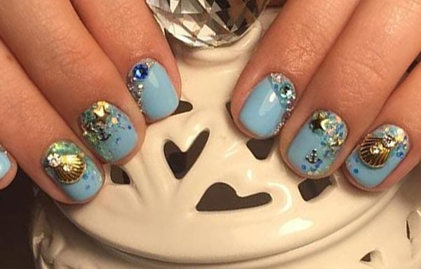 uñas decoradas color azul celeste con cristales
