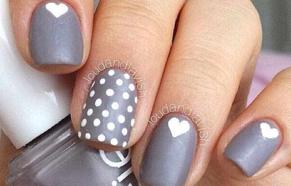 Uñas decoradas color gris corazones