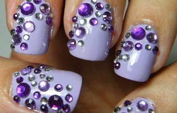 uñas decoradas color lila piedras