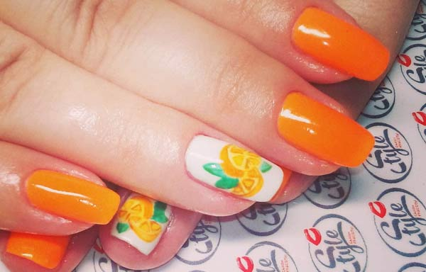 uñas decoradas color naranja pintada