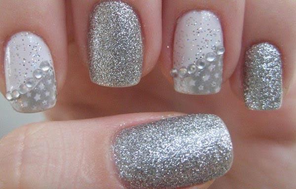uñas decoradas color plata con piedras