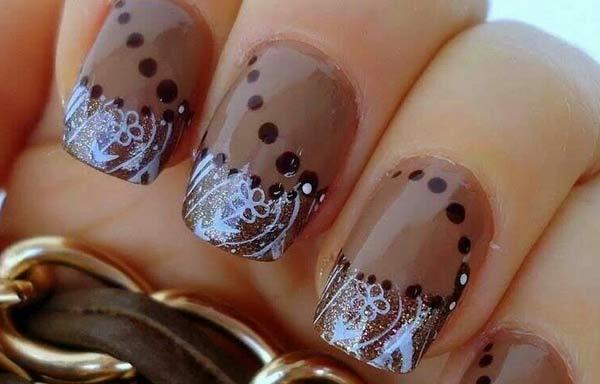 uñas decoradas color capuchino con puntos