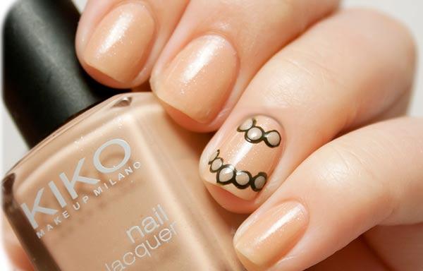 uñas decoradas color crema puntos