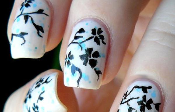 uñas decoradas color hueso y flores