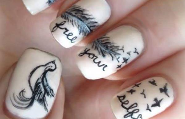 uñas decoradas color hueso y letras