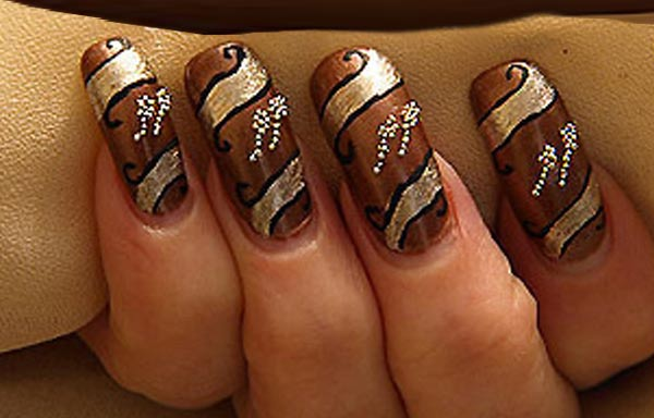 uñas decoradas color marron y dorado