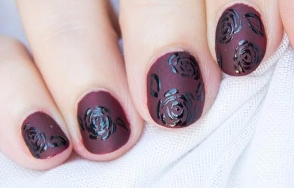 uñas decoradas color marron oscuro