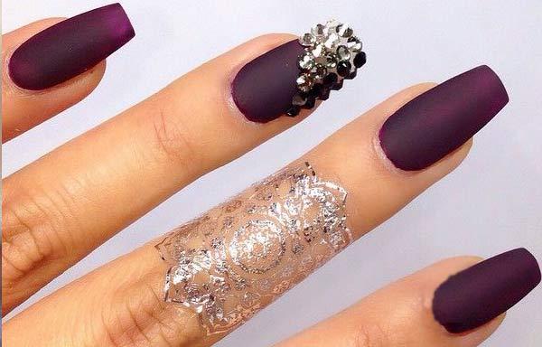 Uñas decoradas color morado acrilicas